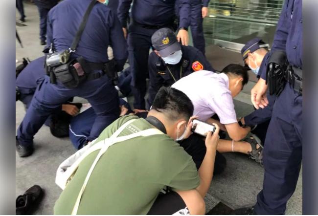 反南鐵拆遷聲援者遭警方壓制管束。本報資料照片
