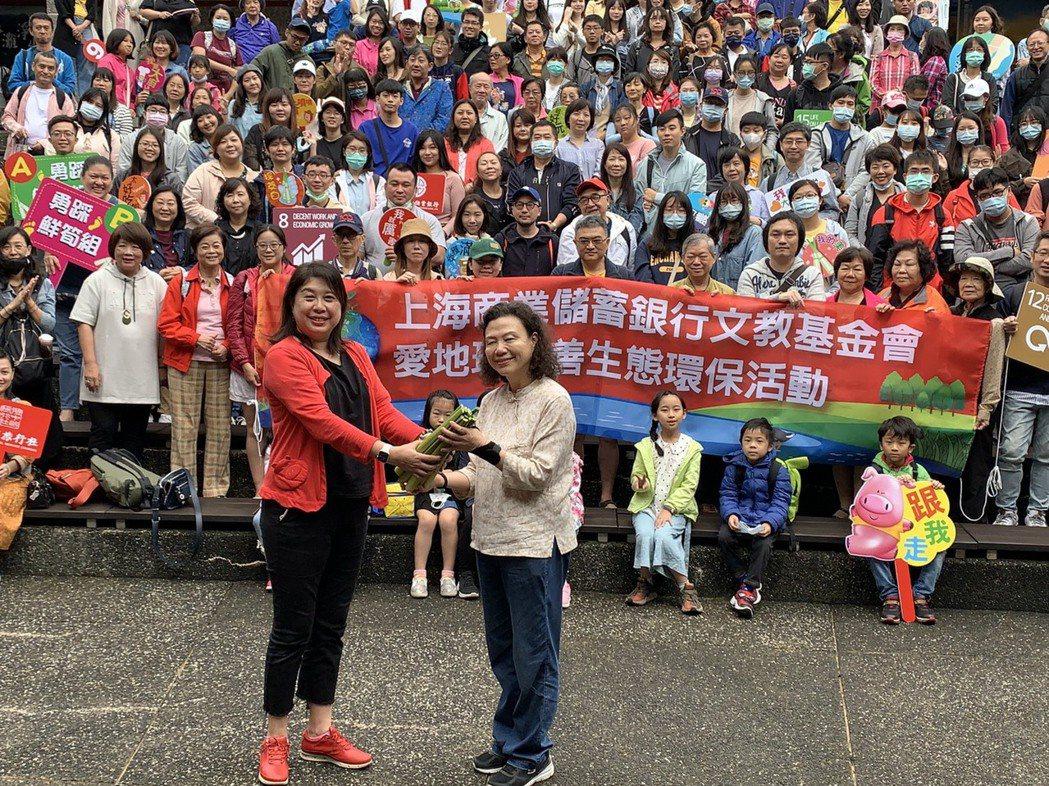 上海商銀福利會主委朱慧華(左)與新生活促進會創辦人羅素如(右)帶領上海商銀總行志...