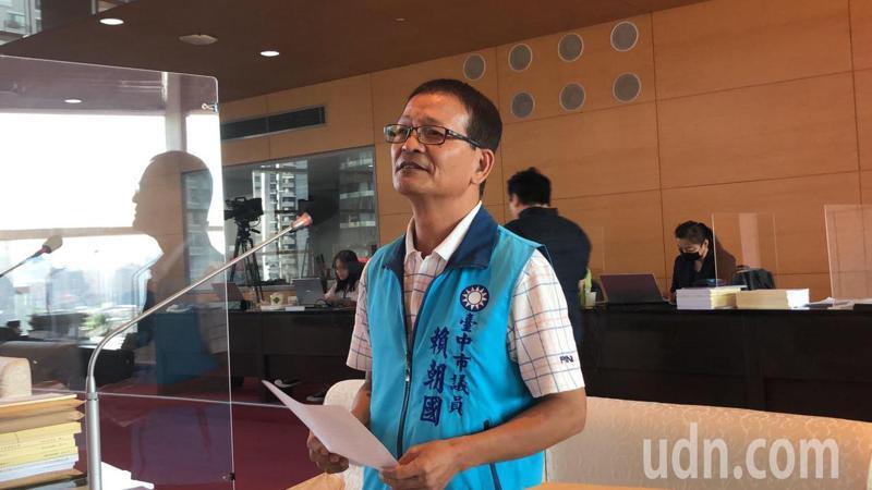 台中市議員賴朝國認為捕蜂抓蛇規定須2小時到場,時間太長了。記者陳秋雲/攝影