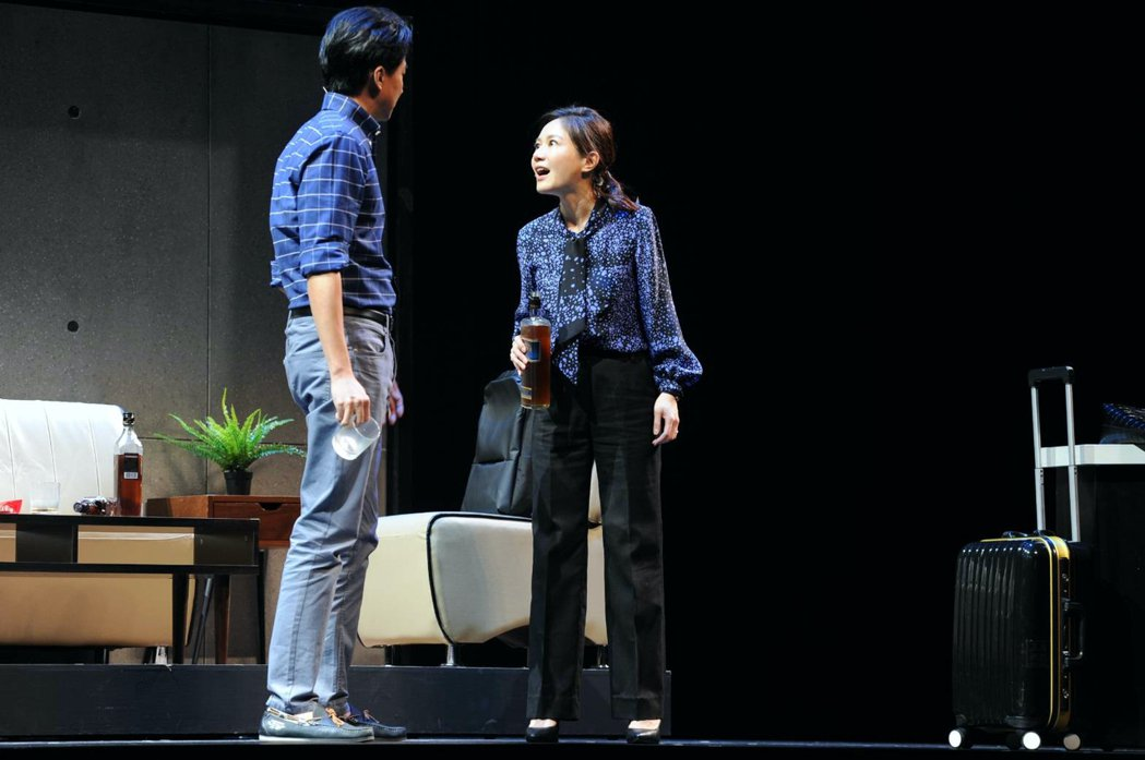 尹馨(右)與狄志杰在「我們與惡的距離」舞台劇全民公投劇場版演夫妻。圖/故事工廠提