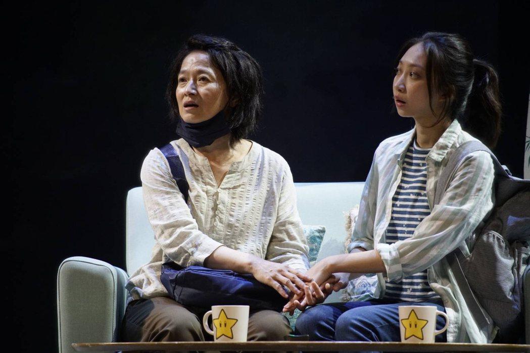 謝瓊煖(左)與陳以恩演出「我們與惡的距離」舞台劇全民公投劇場版。圖/故事工廠提供