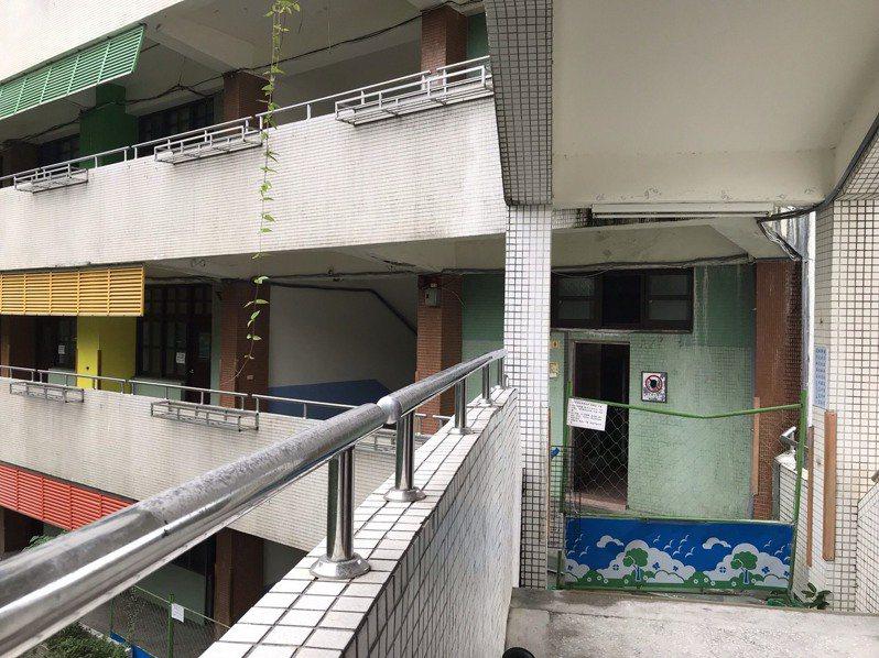 新北市汐止秀峰高忠孝樓列為危樓之後,已淨空該棟大樓,教室及辦公室另行安置。記者馮靖惠/攝影