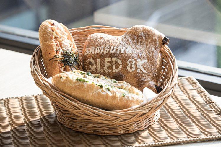 吳寶春師傅以三星QLED 8K量子電視為靈感,設計出香酥泡菜麵包雞、三星蔥起司麵...