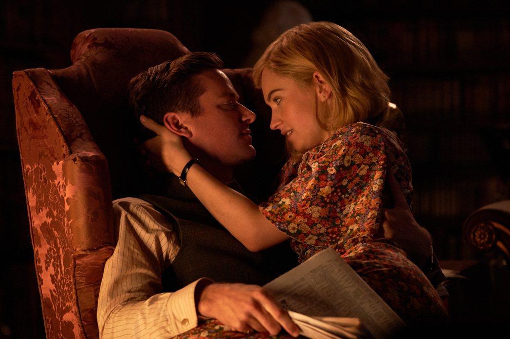 莉莉詹姆斯(右)與艾米漢默(左)在新片「蝴蝶夢」飾演一對各懷鬼胎的新婚夫妻。圖/