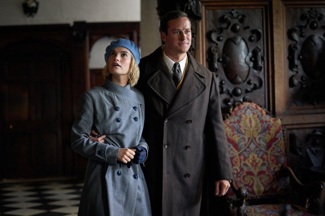 莉莉詹姆斯(左)與艾米漢默(右)在新片「蝴蝶夢」飾演一對各懷鬼胎的新婚夫妻。圖/...