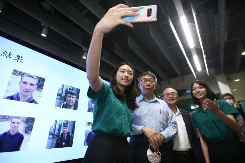 台北市長柯文哲(左二)昨天上午出席北市智慧校園4.0小綠綠的E天智慧校園成果發表會,與北一女中學生合影。記者蘇健忠/攝影