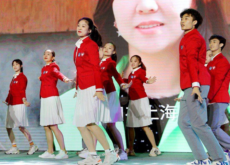第三屆中國國際進口博覽會進入倒數計時,4800多名志願者在宣誓上崗,其中在進博會舉辦地現場有近500名青年志願者參加宣誓儀式,4300餘名志願者通過互聯網參加「在線宣誓」。(新華社)