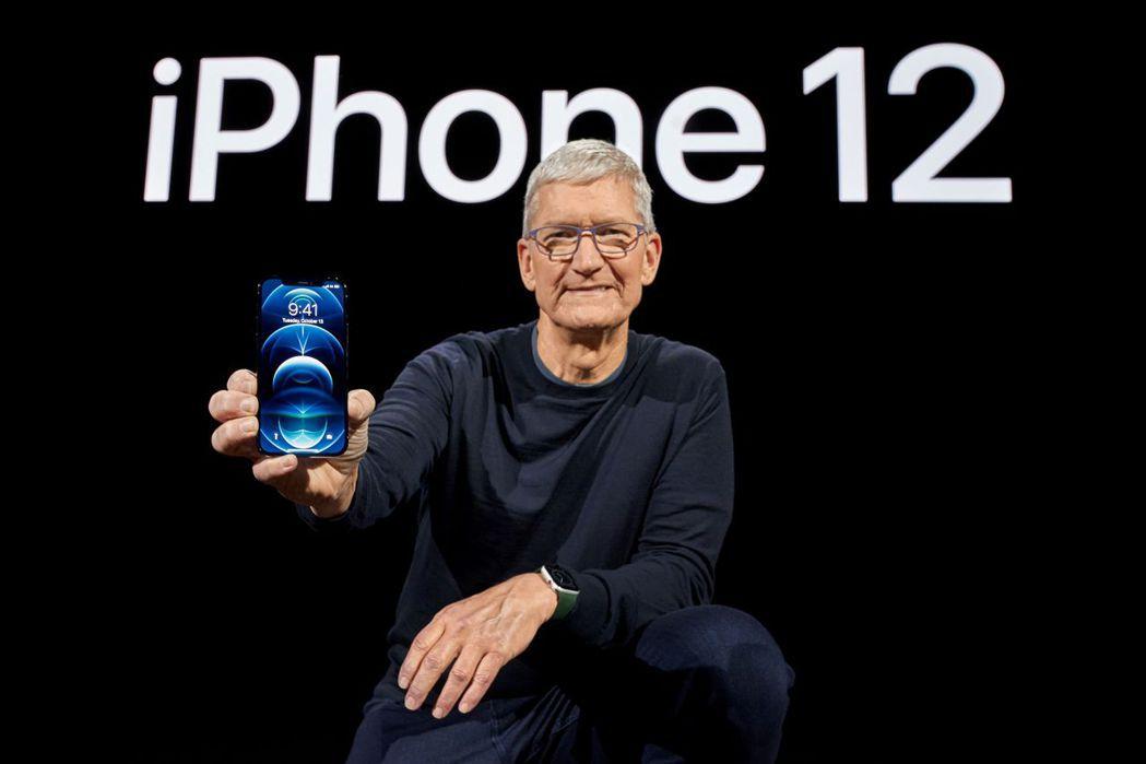 蘋果執行長庫克在新品發表會所拿的就是 iPhone 12  Pro。(路透)