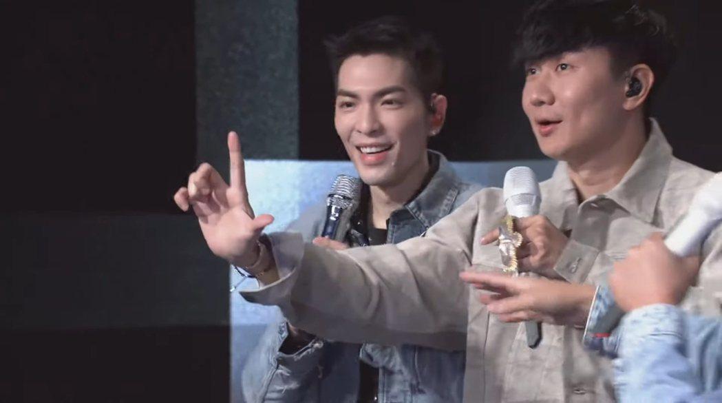 蕭敬騰(左)擔任林俊傑聽歌會壓軸嘉賓。圖/摘自YouTube
