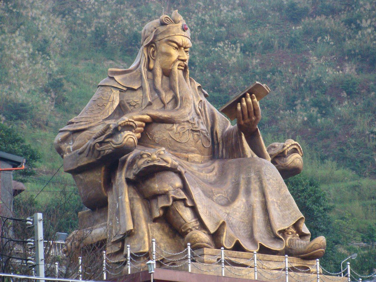 瑞芳區金瓜石「勸濟堂」上方,有一座高11公尺、重25公噸,東南亞最大的銅雕關公像...