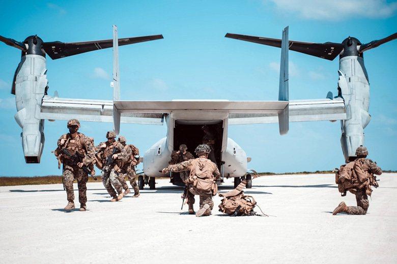 在沖繩演練快速突襲奪島戰術的美海軍陸戰隊。 圖/美國海軍
