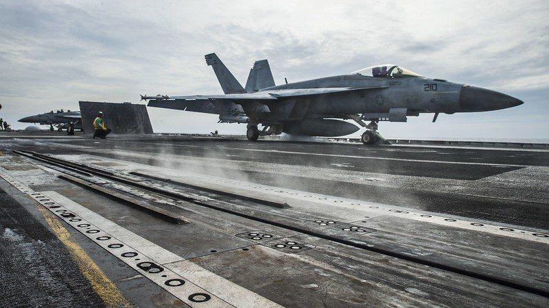 本月15日,美國太平洋艦隊指揮部證實,雷根號航母打擊群已返南海。圖為雷根號航艦與F/A-18E戰鬥機。 圖/美國海軍