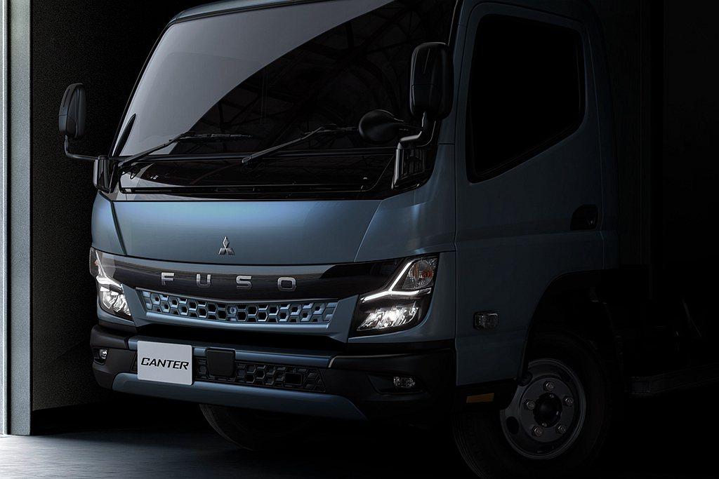 全新第九代Fuso Canter延續Fuso商用車家族最新的車頭「黑帶辨識設計」...