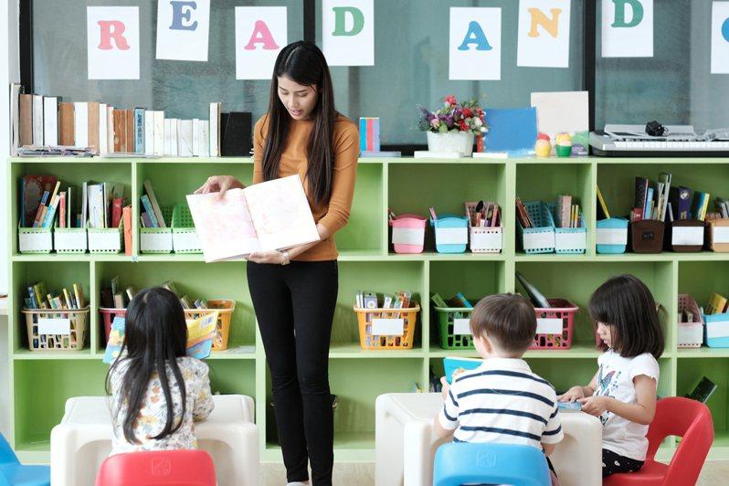 一名媽媽在臉書抱怨,她向老師反應小孩的照片重複上傳,沒想到老師卻要她直接換一間幼稚園,令她相當傻眼。示意圖/ingimage