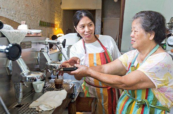 店家老闆Claire(左)教長輩手沖咖啡,也帶動其他商家跟進。 圖/今周刊