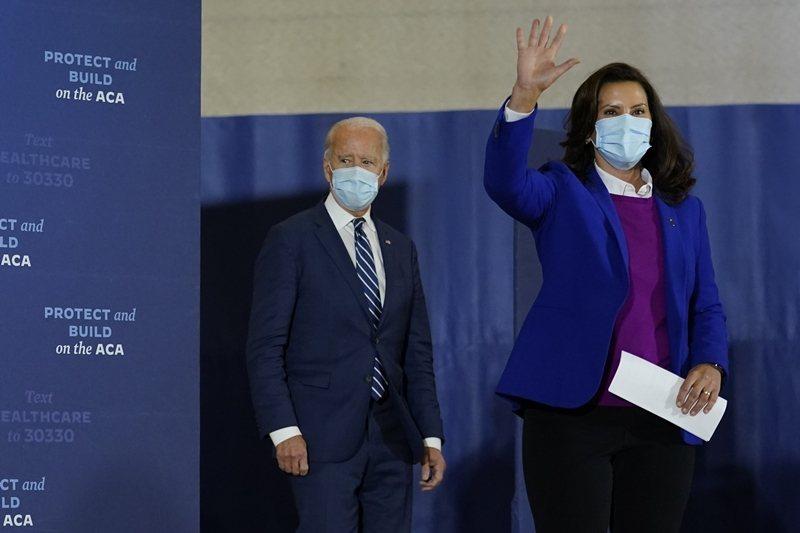 美國FBI宣布破獲一樁綁架未遂案,目標對象是密西根州州長惠特默(右)。左為美國總統候選人拜登。 圖/美聯社