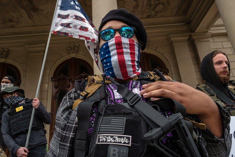激進者會聯合起來形成「民兵」,他們通常擁有全副武裝,且可能受過一定程度的軍事訓練。圖為布加洛組織成員。 圖/法新社