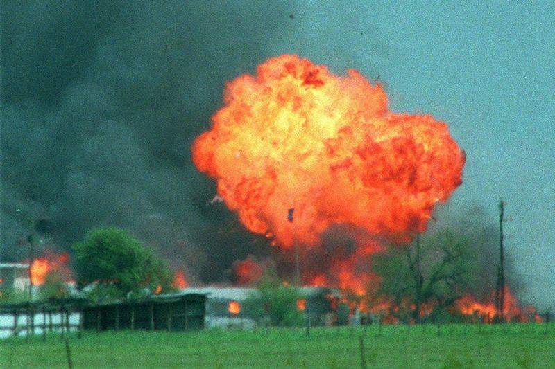 1993年,ATF試圖進入搜查被視為邪教的大衛教派營地,與教徒發生嚴重衝突,最後營地發生大火。 圖/美聯社
