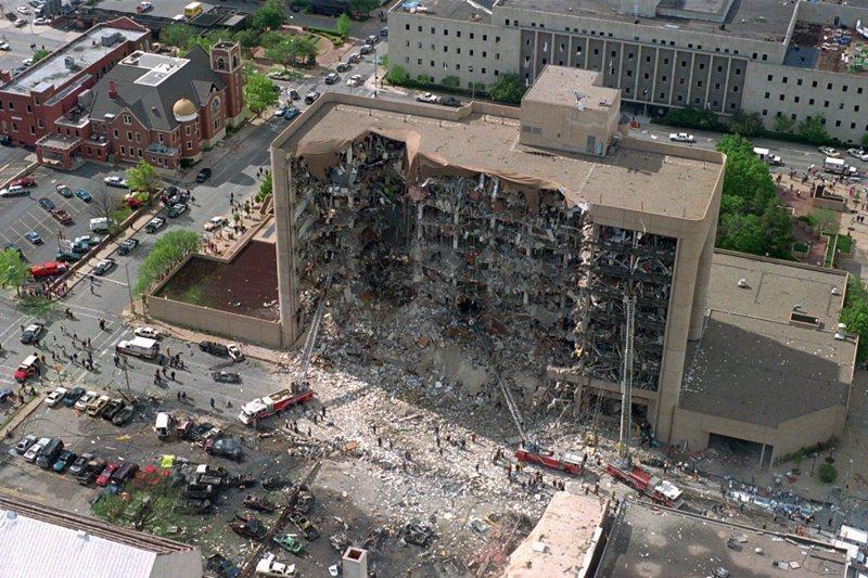 1995年發生的奧克拉荷馬市爆炸案。一名退伍軍人與同屬激進右翼團體的夥伴,在聯邦政府大樓引爆卡車炸彈。 圖/美聯社