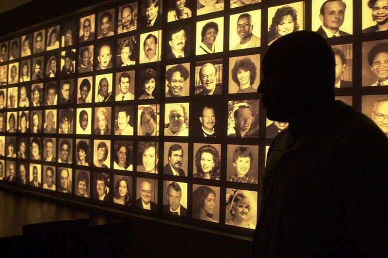 奧克拉荷馬市爆炸案中身亡的168名死者照片,攝於2001年,奧克拉荷馬國家紀念公園。 圖/美聯社