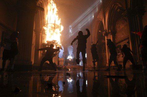 圖為被燒毀內殿的聖法蘭西斯科.博爾哈天主教堂,又名「智利卡賓槍騎兵教堂」(La ...
