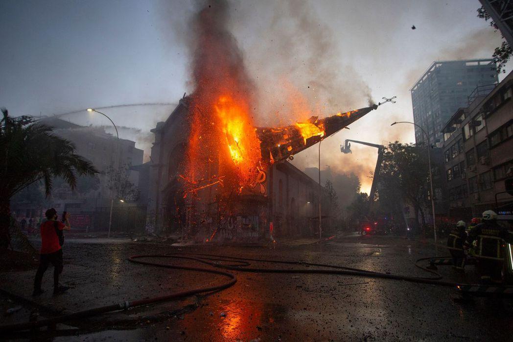 抗爭現場另一間也被燒毀的聖母蒙召座堂。 圖/法新社