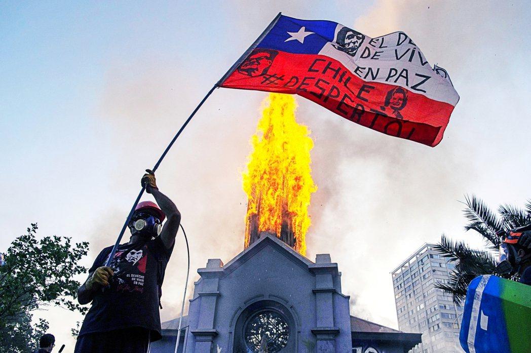 2020年10月18日,智利首都聖地牙哥湧入了數萬的抗爭者,眾人一方面要紀念去年...