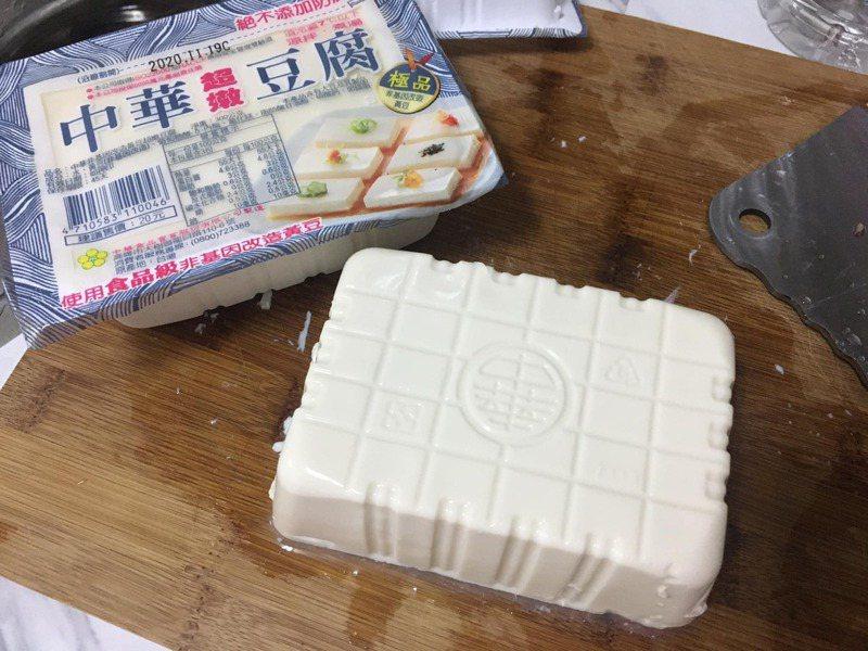 一名女網友示範如何漂亮地將豆腐完美倒出盒子外。 圖/翻攝自「我愛全聯-好物老實説」