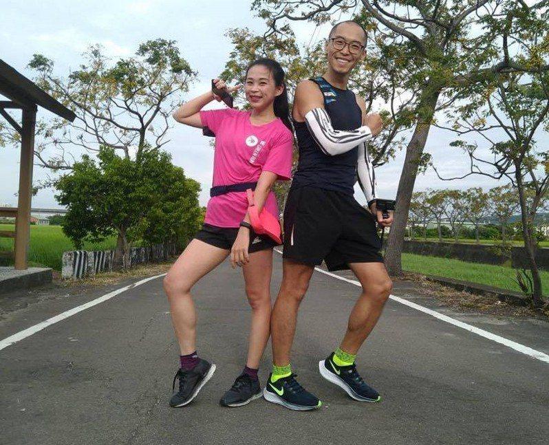 遠東新世紀經典馬拉松沿途田園風光迷人,不同公里數的跑者,會在苦楝樹跑道上匯集跑回終點。張念慈/攝影