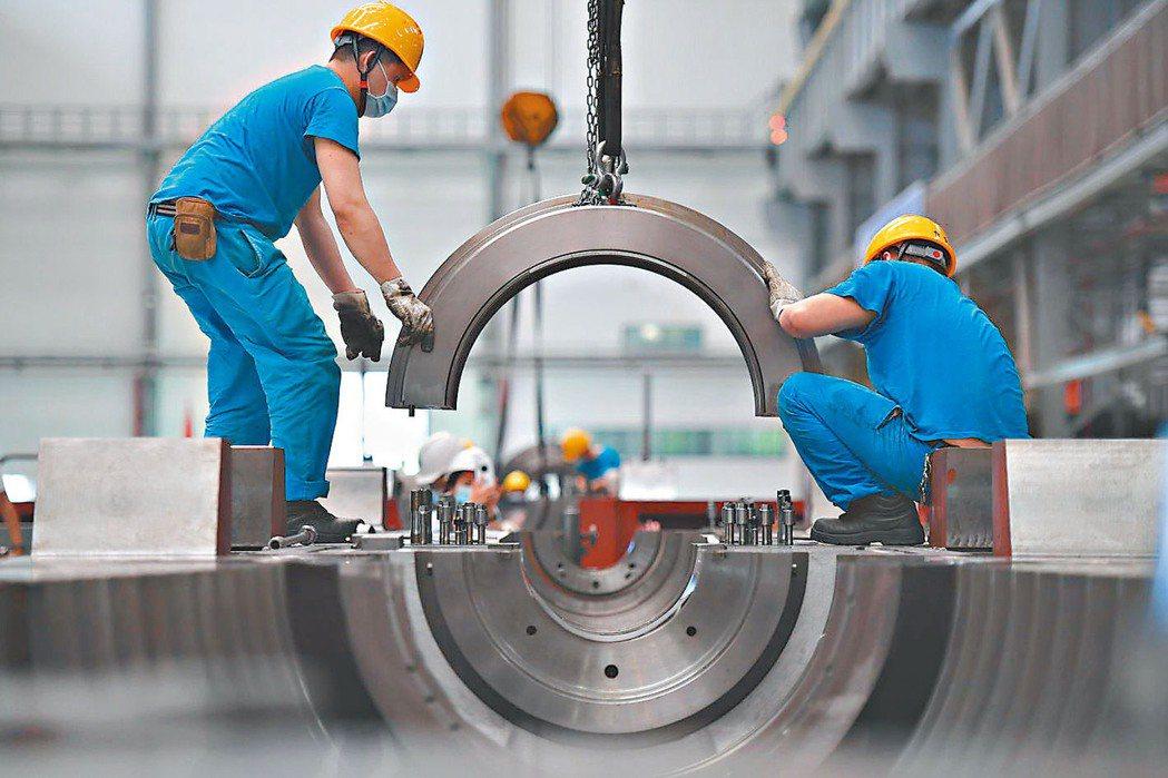 大陸第3季GDP年增4.9%,累計前三季GDP年增0.7%。圖為四川德陽某工廠忙...