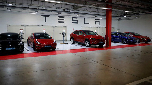 特斯拉(Tesla)試駕車,停靠在南韓首爾漢南洞一處專用停車場。 路透