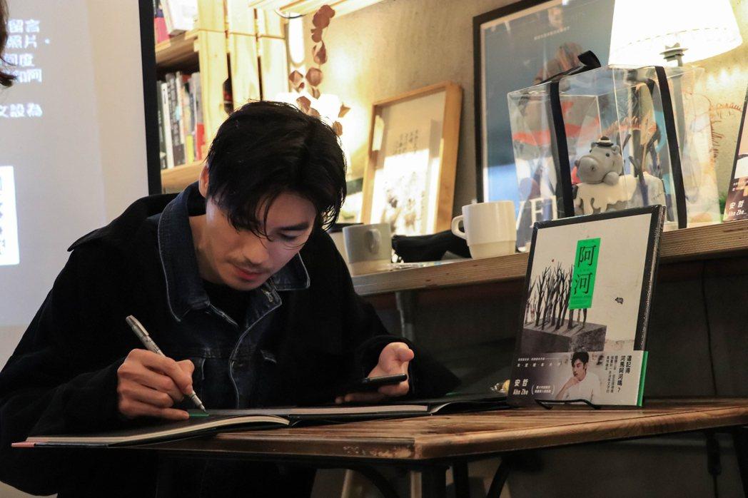 藝術家安哲舉辦繪本《阿河》贈書公益活動。玩美牙醫/提供