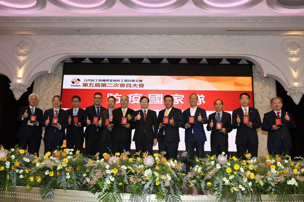 經濟部常務次長林全能(右六)與理事長許文憲及防疫國家隊合影。 黃奇鐘∕攝影