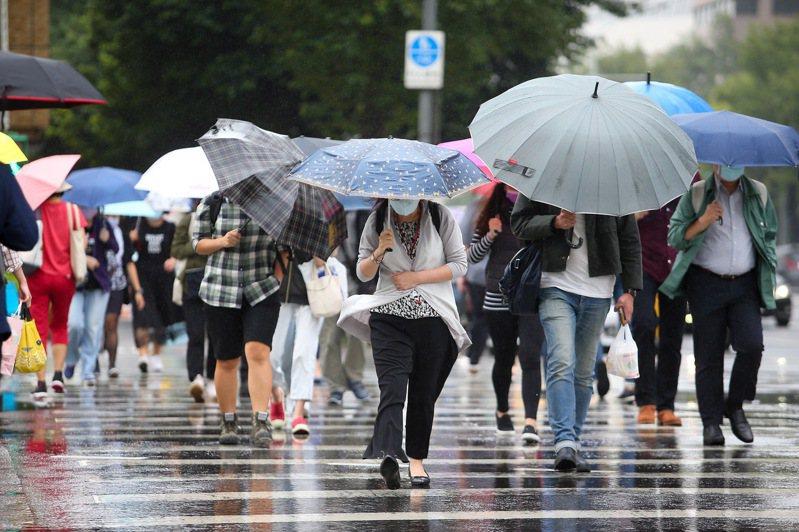 中央氣象局表示,因東北風影響,基隆市、台北市、新北市、宜蘭縣發布大雨特報,提醒民眾注意。聯合報系資料照/記者余承翰攝影
