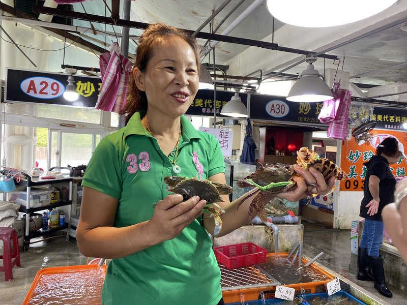 石門區富基漁港水灘區買滿3000元直接送四隻萬里蟹,讓民眾輕鬆符合門檻。 圖/紅樹林有線電視提供