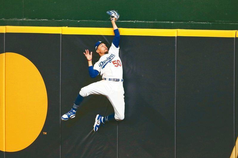 道奇隊右外野手貝茲是球隊闖進世界大賽的功臣之一,他昨天在牆邊精準的跳起來,沒收了一發全壘打。(美聯社)