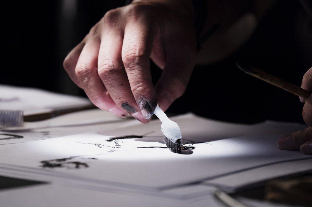 鄭問喜愛實驗各種不同繪畫技法。圖/牽猴子整合行銷提供