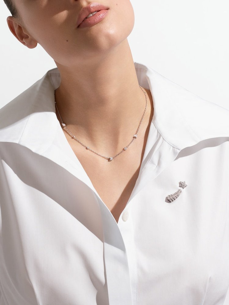 模特兒演繹Comète高級珠寶項鍊,18K白金鑲嵌1顆重約0.4克拉圓形切割鑽...