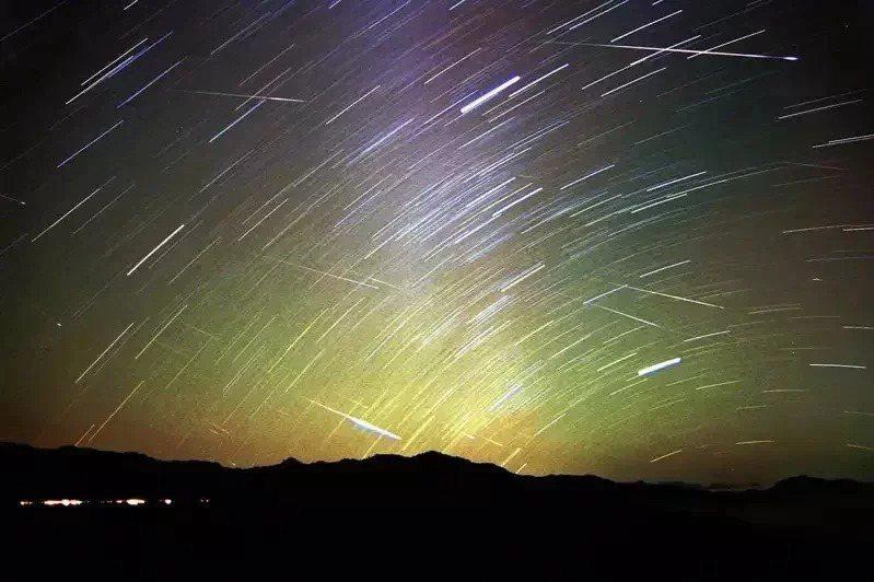 獵戶座流星雨極大期就在明天。圖為在阿里山區拍攝的獅子座流星雨軌跡圖。本報資料照片