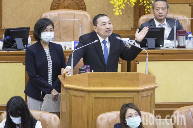 新北市長侯友宜(右)說,新北自2019年到2025年將再增加2072張急性病床。記者王敏旭/攝影