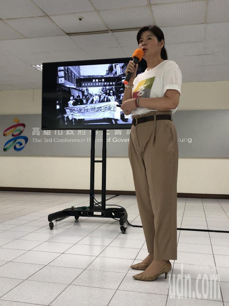 高雄市文化局長王文翠今天著高雄一百主視覺T恤,戴上象徵愛你一世的高雄一百銀飾項鍊,為高雄一百系列活動暖身。記者王慧瑛/攝影