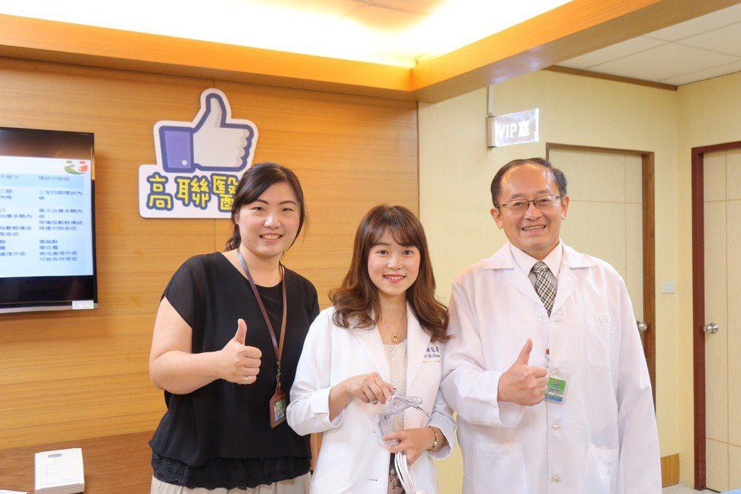 高雄市立聯合醫院院長張宏泰(右)與大腸直腸外科醫師謝依蒨(中)表示,目前痔瘡的治...