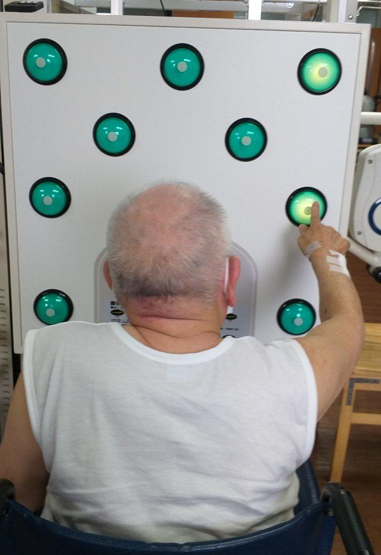 他人之手症候群可透過反應訓練,減輕病患的情緒壓力。圖/南投醫院提供