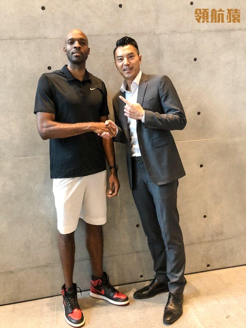 璞園籃球隊總經理陳信安(右)歡迎戴維斯加入。圖/桃園領航猿提供