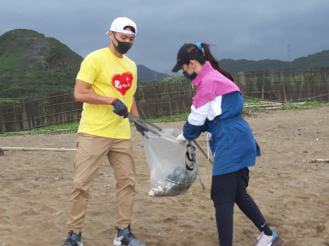 馬俊麟(左)和梁敏婷參加淨灘活動。記者林怡秀/攝影