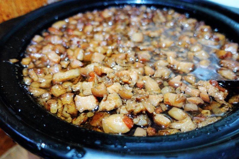 牛肉湯配肉臊飯吃到飽,肉燥煮到膠質香氣四溢。圖/新營區公所提供