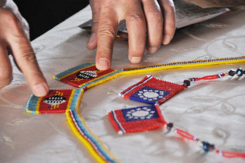 明道大學史瓦帝尼學生的媽媽編織我國國旗珠鍊,大受歡迎。圖/明道大學提供