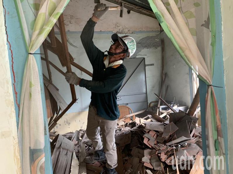 台南鹽水一戶磚造平房天花板因地震震毀,做工行善團協助拆除。圖/勞工局提供