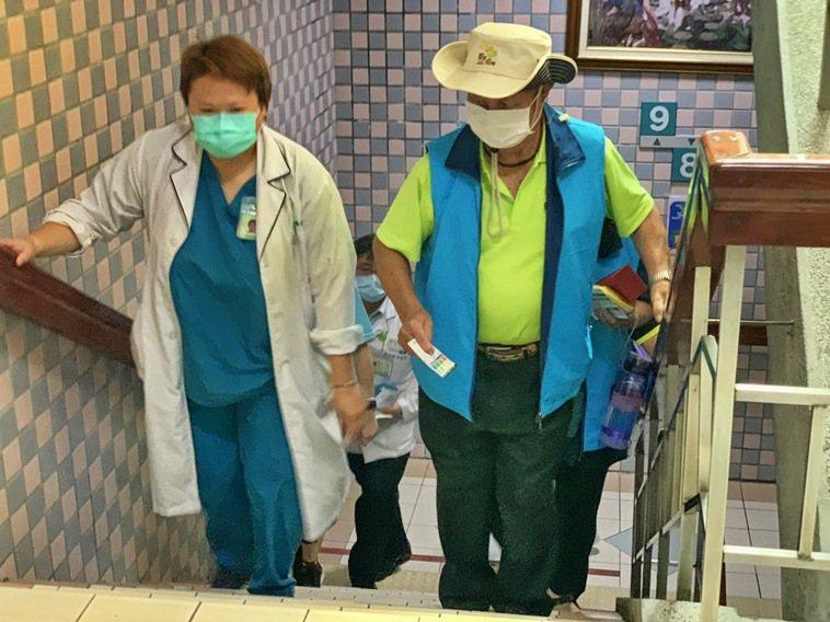 竹山秀傳醫院每年舉辦幸福爬階梯活動,建議大家每天利用生活中的空檔,養成規律的運動...