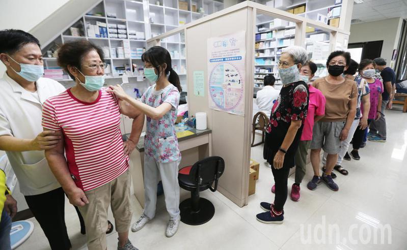 因公費流感疫苗嚴重不足,對此高雄市衛生局強調,疫苗供不應求,才取消里注射站,請民眾到醫療院所施打,不過各家診所也是排隊人潮不斷。記者劉學聖/攝影